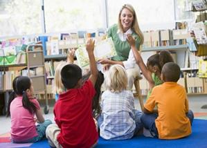 Nggak cuma ngelola perpustakaan, pustakawan juga harus bisa interaksi sama pengunjung anak-anak lho. Ini vcontoh perpustakaan yang memberikan layanan mendongeng anak.