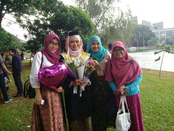 Dari kiri ke kanan: Ween, aku, Ami, Mega