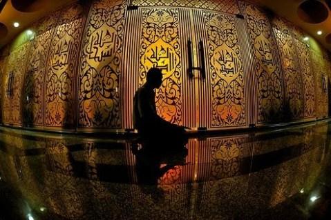 Sumber gambar: http://sidomi.com/119207/tata-cara-itikaf-di-masjid-selama-bulan-ramadhan-bagi-pria-dan-wanita/