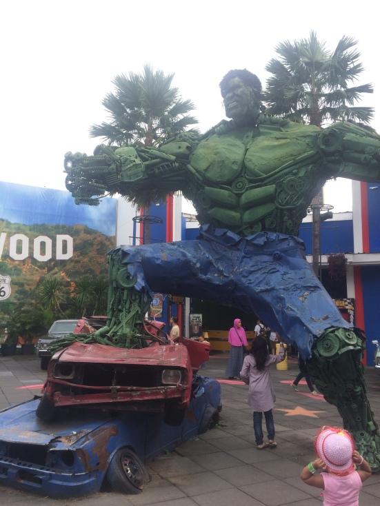 Waaaah Om Hulk gede aneeet ya. Si dedek sampe takjub.